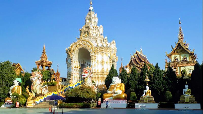 Wat Saeng Kaew Phothiyan Courtyard