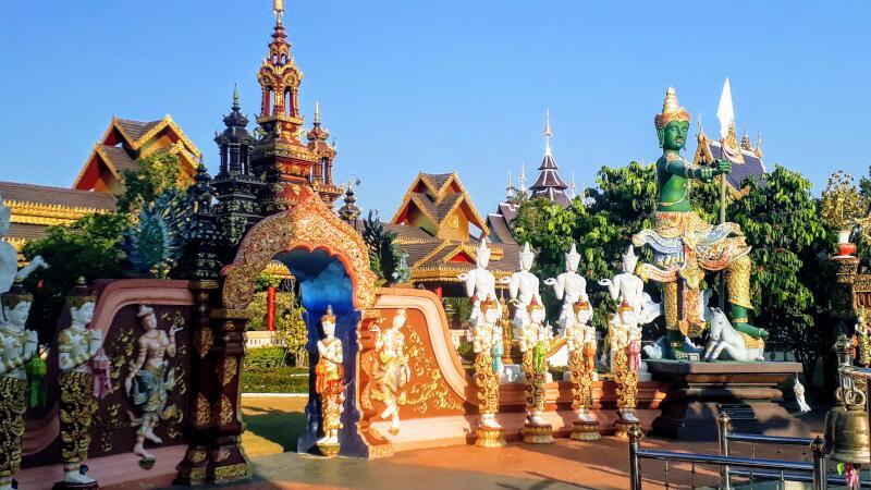 Wat Saeng Kaew Phothiyan Statues
